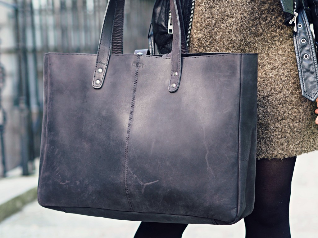 Just look at that gorgeous leather! Find our Black Leather Shopper Tote here https://www.scaramangashop.co.uk/item/8026/90/Shopper-Bags/Black-Leather-Shopper-Tote-Bag.html