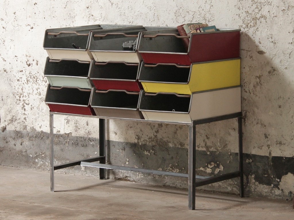 Our industril designer Jasn has crreated this rack for a set of painted old Tote tins