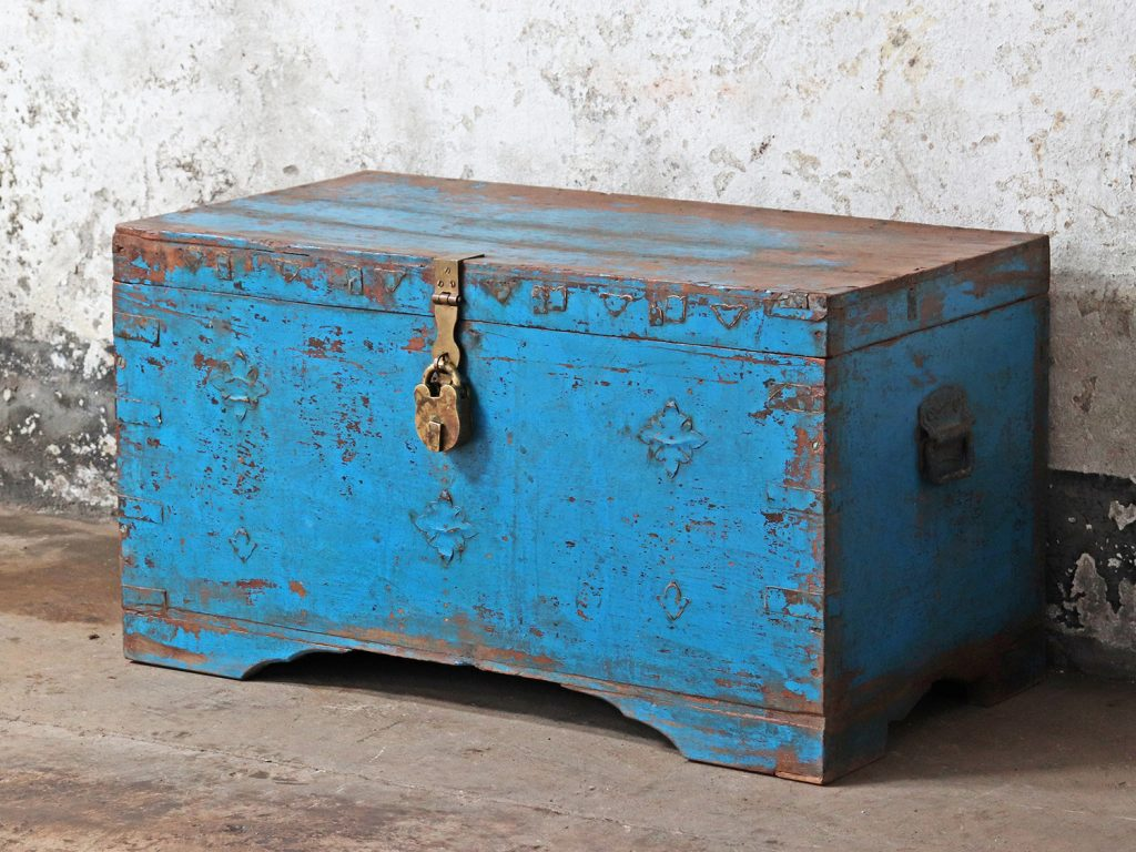 woode blue chest